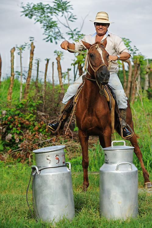 Repartidor de leche a caballo con lecheras / Playa Venao, Panamá.<br /> <br /> Edición de 10 | Víctor Santamaría.