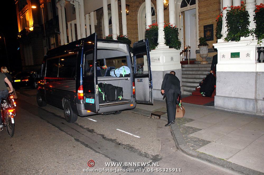NLD/Amsterdam/20070611 - Aankomst van Antonio Banderas in Amsterdam voor de premiere van Shrek 3, bagage word uitgeladen --  Arrival of Antonio banderas in Amsterdam for the premiere of Shrek 3, luggage