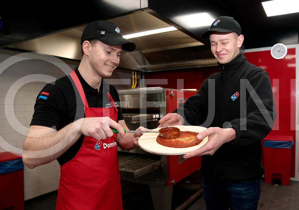 HARDENBERG - Dominos pizza.<br /> Foto: Yannick Dokter en Julius Overweg (r() bereiden een pizza voor. De oven op de achtergrond.<br /> FFU Press Agency copyright Frank Uijlenbroek