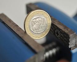 13.01.2011, Werkstatt, Aurich, GER, Symbolbild Euro eingeklemmtEuro-Münze aus Griechenland im Schraubstock.EXPA Pictures © 2011, PhotoCredit: EXPA/ nph/  Albers       ****** out of GER / SWE / CRO ******