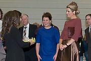 Hare Majesteit Koningin Maxima opent het beroepenfeest van Almere On Stage voor VMBO leerlingen in het Topsportcentrum in Almere-Poort. <br /> <br /> Her Majesty Queen Maxima opens the profession feast of Almere On Stage for secondary pupils in Topsportcentrum in Almere Poort.<br /> <br /> Op de foto / On the photo:  Koningin Maxima krijgt een cadeau aangeboden tijdens de opening / Queen Maxima gets a gift offered during the opening
