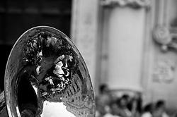 Lecce - Festeggiamenti in onore di Sant'Oronzo, San Giusto e San Fortunato. Un trombone riflette la fila di musicisti che accompagnano la processione dei santi.