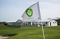 TEXEL - vlag met logo en clubhuis 't Hanenhuus. De Cocksdorp.  - Golfbaan De Texelse. COPYRIGHT KOEN SUYK