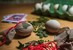 THEMENBILD - vor Ostern werden Eier mit Kräutern und Blüten auf traditionelle Art gefärbt. Auf die Eier werden Blüten und Blätter gelegt und in dünne Strümpfe gewickelt, aufgenommen am 19. April 2019, Kaprun, Österreich // before Easter eggs are coloured with herbs and flowers in the traditional way. The flowers and leaves are placed on the eggs and wrapped in thin stockings on 2019/04/19, Kaprun, Austria. EXPA Pictures © 2019, PhotoCredit: EXPA/ Stefanie Oberhauser