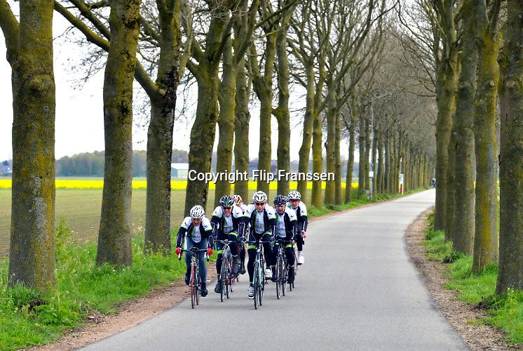 Nederland, Batenburg, 30-4-2016 Voorbereidingen voor de start van de Giro d italia wielerwedstrijd. In de plaatsen, dorpen, langs het parcours worden voorbereidingen getroffen voor de doorkomst van de Giro  . Groepjes wielrenners rijden over het parcours door het landschapThe Netherlands, Gelderland is preparing for the start of the Giro d'Italia cycling tour . The first stages will take the cyclists to Nijmegen and Arnhem in the province of Gelderland with dykes and villages in nice countryside . Foto: Flip Franssen
