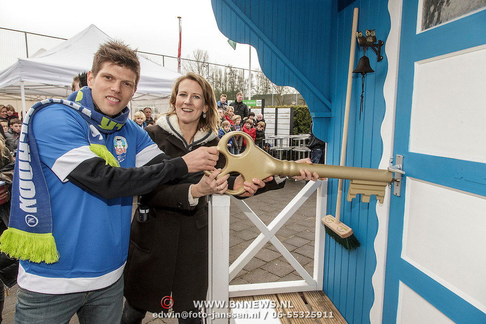NLD/Amstelveen/20150125 - Klaas-Jan Huntelaar opent 1e mobiele Supportershome Schoonsupporters met Helene van Zutphen. directeur van Stichting Nederland Schoon