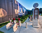 Kraków, 2018-08-29. MOCAK postindustrialne muzeum sztuki współczesnej MOCAK działające na terenie dawnej Fabryki Schindlera. Betonowa symulacja punktu wynajmu rowerów to praca Leopolda Kesslera umieszczona w zewnętrznej przestrzeni Muzeum. Zabłocie. - zaniedbana do niedawna prawobrzeżna dzielnica Krakowa, aktualnie jeden z najbardziej dynamicznie rozwijających się obszarów Krakowa. Rewitalizacja i rosnący prestiż tego miejsca, powoduje, że Zabłocie stało się atrakcyjnym terenem dla deweloperów, inwestorów, mieszkańców jak również dla ludzi kultury i sztuki.Powstają tu modne restauracje i puby a mieszkańcy Krakowa coraz częściej wybierają Zabłocie jako miejsce zamieszkania i wypoczynku zamiast ciasnego Starego Miasta i Kazimierza.
