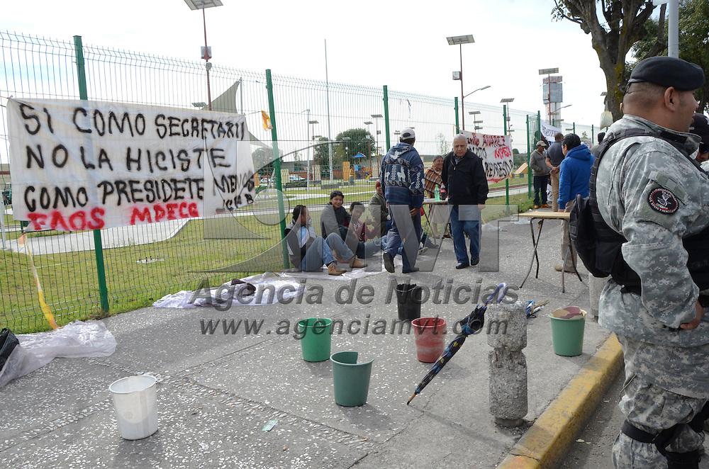 Toluca, Méx.- Policías municipales de Toluca y elementos de la CESC resguardan la zona del Mercado Juárez y la Terminal de Autobuses para evitar que se instalen comerciantes ambulantes en esta lugar. Agencia MVT / José Hernández