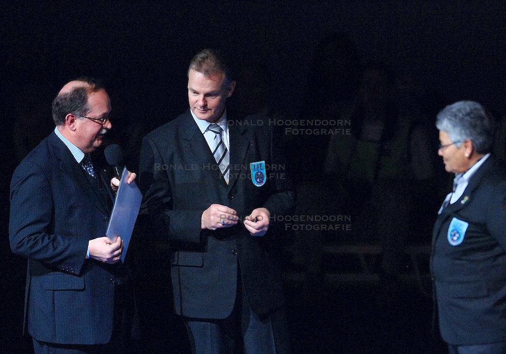 18-03-2006 JUDO: DUTCH OPEN: ROTTERDAM<br /> Erepenning voor scheidsrechter<br /> Copyrights: WWW.FOTOHOOGENDOORN.NL