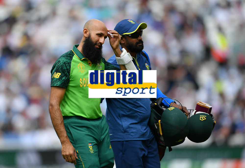 Cricket - 2019 ICC Cricket World Cup - Group Stage: England vs. South Africa<br /> <br /> South Africa's Hashim Amla retires hurt after being hit by England's Jofra Archer, at The Kia Oval.<br /> <br /> COLORSPORT/ASHLEY WESTERN