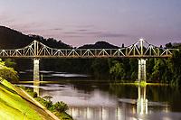 Ponte Aldo Pereira de Andrade (Ponte de Ferro) ao anoitecer. Blumenau, Santa Catarina, Brasil. / Aldo Pereira de Andrade Bridge at dusk. Blumenau, Santa Catarina, Brazil.
