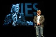 Scheidend partijvoorzitter Henk Nijhof wordt op het podium bedankt voor zijn inzet. In Utrecht vindt het 30e partijcongres plaats van GroenLinks. Een van de heikele punten is de missie naar Kunduz. Ook wordt een nieuwe partijvoorzitter gekozen.<br /> <br /> Departing chairman Henk Nijhof is being honored. The Dutch party GroenLinks (Green party) holds its 30th convention in Utrecht. One of the big issues is the mission to Kunduz. They will also elect the new chairman of the party.