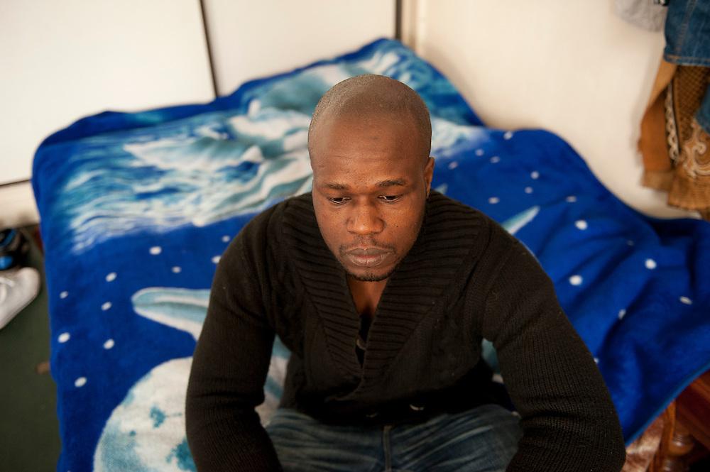 Omar Si in een gemeenschappelijke slaapkamer voor 15 personen. Omar werkt als nachtwaker, heeft geen verblijfsvergunning. Hij betaalde een tussenpersoon in Mali ? 5000,- voor een toeristenvisum naar Spanje, het vliegticket, een treinkaartje naar Parijs en aanwijzingen wat hij moest doen. Zijn grootvader was soldaat in het Franse leger tijdens de 2e wereldoorlog en vocht in Europa. Sinds 2011 wonen 150 Afrikaanse migranten in een voormalige fabriek in de Parijse voorstand Montreuil, omdat ze illegaal in Frankrijk verblijven, kunnen ze geen woonruimte huren. In het 450 m2 grote pand wonen jonge mannen uit Malië, Ivoorkust, Bukina Faso, Niger.