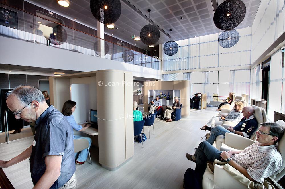 Nederland, Amsterdam , 26 september 2011..Nieuwe poli sneldiagnostiek voor kankerpatienten in VUmc ziekenhuis..N.B. de man links is geen patient maar een medewerker op de poli!.Foto:Jean-Pierre Jans