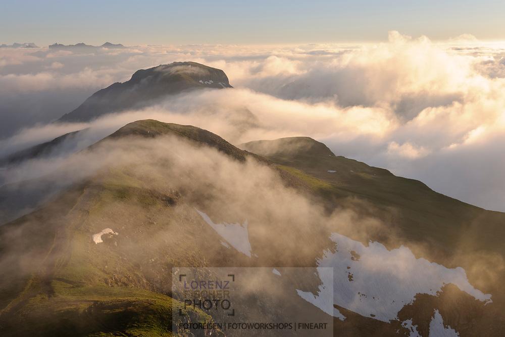 Landschaftsimpressionen mit Wolken- und Nebelstimmung vom Faulhorn oberhalb Grindelwald gesehen. Blick über die Winteregg nach Westen.