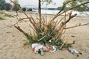 Nederland, Nijmegen, 26-7-2006 Achtergelaten zwerfafval in natuurgebied de Stadswaard, wat ligt op een steenworp van de stad, chtergelaten afval en etensresten van recreanten. Het vuil wordt geproduceerd door mensen die hier in de avond barbequen of zwemmen. De grote hoeveelheid rotzooi wekt de verontwaardiging van velen. Vrijwilligers ruimen de troep soms op. Foto: Flip Franssen