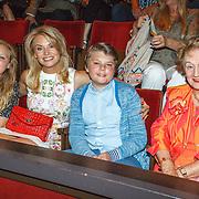 NLD/Amsterdam/20150625 - inloop première circusspektakel iD van Cirque Éloize, Pernille la Lau en kinderen Björn Haakon en Nuala Pernille en haar moeder
