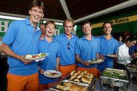 WK Hockey. De spelers van Oranje waren vrijdag voor een lunch te gast van de Heineken ivestiging in Kuala Lumpur. vlnr Erik Jazet, Diederik van Weel, Remco van Wijk,Menno Booij en Karel Klaver.