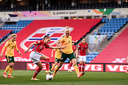 OSLO, NORWAY - Tuesday, September 22, 2020: Wales' captain Sophie Ingle (R) and Norway's Caroline Graham Hansen during the UEFA Women's Euro 2022 England Qualifying Round Group C match between Norway Women and Wales Women at the Ullevaal Stadion. Norway won 1-0. (Pic by Vegard Wivestad Grøtt/Propaganda)