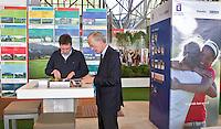 AMSTERDAM - Direkteur Jeroen Stevens en voorzitter Ronald Pfeiffer in Stand van de NGF, Nederlandse Golf Federatie op Golfbeurs , Amsterdam Golf Show, in de Amsterdamse Rai. COPYRIGHT KOEN SUYK