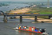 Nederland, Nijmegen, 13-10-2005Gezicht op de Waal. Spoorbrug met trein van de ns, n.s.., spoorwegen. Foto: Flip Franssen/Hollandse Hoogte
