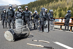 """07.05.2016, Grenzübergang, Brenner, ITA, Demonstration gegen Grenzsicherungsmaßnahmen am Brenner. Linksaktivisten rufen unter dem Motto """"Tag des Kampfes"""" zur Demonstration am Brenner auf, im Bild Einsatzkräfte der Carabineri // Left activists call under the slogan """"Day of the Fight"""" to Demonstration at the border """"Brenner"""". The demonstration is directed against the planned border security measures at the border from Italy to Austria, The Brenner Pass is one of the most important border crossings in Europe. Brenner, Italy on 2016/05/07. EXPA Pictures © 2016, PhotoCredit: EXPA/ Johann Groder"""