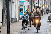 In Utrecht fietst een vrouw met een kind over de Amsterdamsestraatweg tegen de wind in.<br /> <br /> In Utrecht cyclists are riding against the wind.
