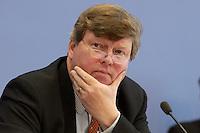 """13 MAY 2004, BERLIN/GERMANY:<br /> Karl-Ulrich Kuhlo, Initiative """"Deutschland packt´s ab"""" und Gruender von n-tv, Pressekonferenz """"Fuer ein besseres Deutschland"""" - eine Aktionsgemeinschaft von 10 Reforminitiativen mit Forderungen an die Politik, Bundespressekonferenz<br /> IMAGE: 20040513-01-027"""