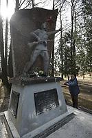 Dubicze Cerkiewne, woj. podlaskie, 28.03.2018. Rozbiorka pomnika wdziecznosci zolnierzom Armii Czerwonej odsolnietego w 1985 roku . Jego rozbiorke do konca marca 2018 roku nakazuje tzw. ustawa dekomunizacyjna N/z kobieta fotografuje pomnik przed rozbiorka fot Michal Kosc / AGENCJA WSCHOD