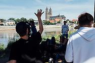 04.07.2019 Magdeburg, Elbufer, unter der Hubbrücke, Jugendliche, Feier, letzter Schultag.<br /> <br /> md2025.de<br /> offizielles Bild im 1. Bid-Book<br /> Bewerbung Magdeburgs zur Kulturhauptstadt 2025<br /> <br /> © Harald Krieg/Agentur Focus