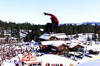 Snowboard, snøbrett, NM halfpipe Kongsberg Skisenter 24. mars 2001. Daniel Franck over Kongsberg Skisenter.
