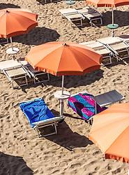 THEMENBILD - Sonnenschirme und leere Liegen, die Handtüchern belegt sind. Lignano ist ein beliebter Badeort an der italienischen Adria-Küste, aufgenommen am 16. Juni 2019, Lignano Sabbiadoro, Italien // Sunshades and empty loungers with towels on them. Lignano is a popular seaside resort on the Italian Adriatic coast on 2019/06/16, Lignano Sabbiadoro, Italy. EXPA Pictures © 2019, PhotoCredit: EXPA/ Stefanie Oberhauser