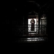 Jérusalem, israël, le jeudi 21 avril 2011 - Cathédrale saint James (monastère arménien) - messe solennelle othodoxe du jeudi Saint - Un prêtre à l'entrée de l'église