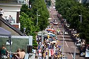 Publiek staat om daken om alles goed te kunnen zien. In Utrecht is deTour de France van start gegaan met een tijdrit. De stad was al vroeg vol met toeschouwers. Het is voor het eerst dat de Tour in Utrecht start.<br /> <br /> In Utrecht the Tour de France has started with a time trial. Early in the morning the city was crowded with spectators. It is the first time the Tour starts in Utrecht.