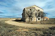 Spanje, Aragon, 11-2-2005..De schier eindeloze leegte van de vallei van de rivier de Ebro in de buurt van Teruel. De regio, streek is arm en leidt aan leegloop. vele boerderijen zijn verlaten en vervallen tot ruines. Landschap, vlakte, droogte, klimaat, rust, achtergesteld gebied. Landbouw, boeren, klimaatverandering. ..Foto: Flip Franssen/Hollandse Hoogte
