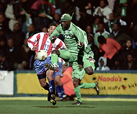 Fotball. Landskamp. Treningskamp. Privatlandskamp.<br /> Nigeria v Paraguay. 26.03.2002.<br /> Etefobore Sodje, Nigeria og Jorge Campos, Paraguay.<br /> Foto: Guy Jeffroy, Digitalsport
