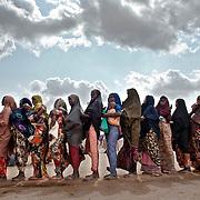 Kenya, Dadaab, le 12-08-11 - camp Ifo 3. Avec plus de 10000 nouveaux arrivants par semaine et plus de 400000 réfugiés, en majeure partie des somaliens ayant fuit la guerre et la famine qui sévissent dans leur pays, Dabaab est le plus grand camp de réfugiés au monde. Des femmes patientent devant un centre de consultation MSF.