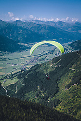 THEMENBILD - Tandem Paragleiter über den Bergen auf der Schmitten, aufgenommen am 30. Juli 2020 in Zell am See, Österreich // Tandem paragliding fly over the mountains on the Schmitten, Zell am See, Austria on 2020/07/30. EXPA Pictures © 2020, PhotoCredit: EXPA/ JFK