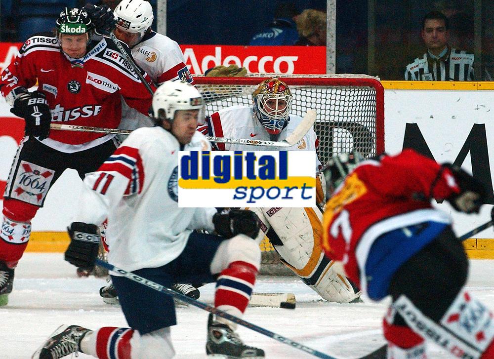 Ishockey, 12. janiuar 2005,  Sveits - Norge,<br /> Marc Reichert og Mark Streit  mot Norges Martin Knold, Pål Grotnes og Lars Peder Nagel<br /> Foto:  Urs Bucher/Digitalsport