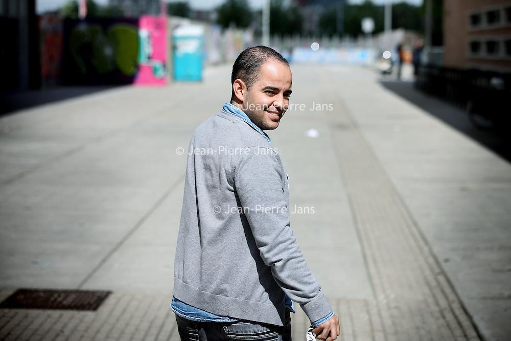 """Nederland, Amsterdam , 27 mei 2011..Mohamed Azahaf geeft toe dat hij vroeger radicale gedachten had, maar ontkent zich verheugd te hebben uitgelaten over de moord op Theo van Gogh..Dat laat de medewerker van stadsdeel Oost via zijn woordvoerder weten aan AT5. Azahaf zou na de moord op de cineast op een forum hebben geschreven: """"Joepie wat ben ik vandaag zo vrolijk, oh zo vrolijk ben ik nog nooit geweest."""" Volgens Azahaf was hij het niet zelf die de opmerking daar schreef, maar werd hij door iemand anders foutief geciteerd..Oud-Parool journalist Carel Brendel rakelde de vermeende uitspraken deze week op, waarna columnist Theodor Holman ze overnam. Azahaf zou ook Osama Bin Laden hebben verheerlijkt. Azahaf erkent dat hij zich in het verleden inderdaad positief heeft uitgelaten over de dode terroristenleider. Zo heeft hij onder meer gezegd dat hij het goed vond dat Bin Laden de Palestijnen en de Pakistanen steunde..De 29-jarige Azahaf is naar eigen zeggen op zijn 21e tot inkeer gekomen. Hij heeft toen rigoureus afstand gedaan van zijn radicale opvattingen. Tegenwoordig werkt hij voor stadsdeel Oost als projectleider vervreemding en polarisatie. Eerder was hij jarenlang medewerker van jongerencentrum Argan. Het stadsdeel prijst zijn werk als bruggenbouwer na de moord op Van Gogh..Azahaf zegt Brendel meermalen te hebben uitgenodigd voor een gesprek, maar de journalist zou daar niet op hebben gereageerd..Foto:Jean-Pierre Jans"""