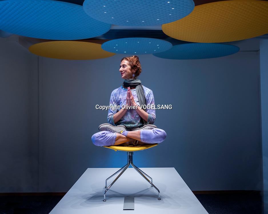 Lausanne, 12 mai 2020. Thalia Perry, ancienne pianiste professionnelle d'origine grecque qui donne des cours de yoga & expression corporelle. © Olivier Vogelsang