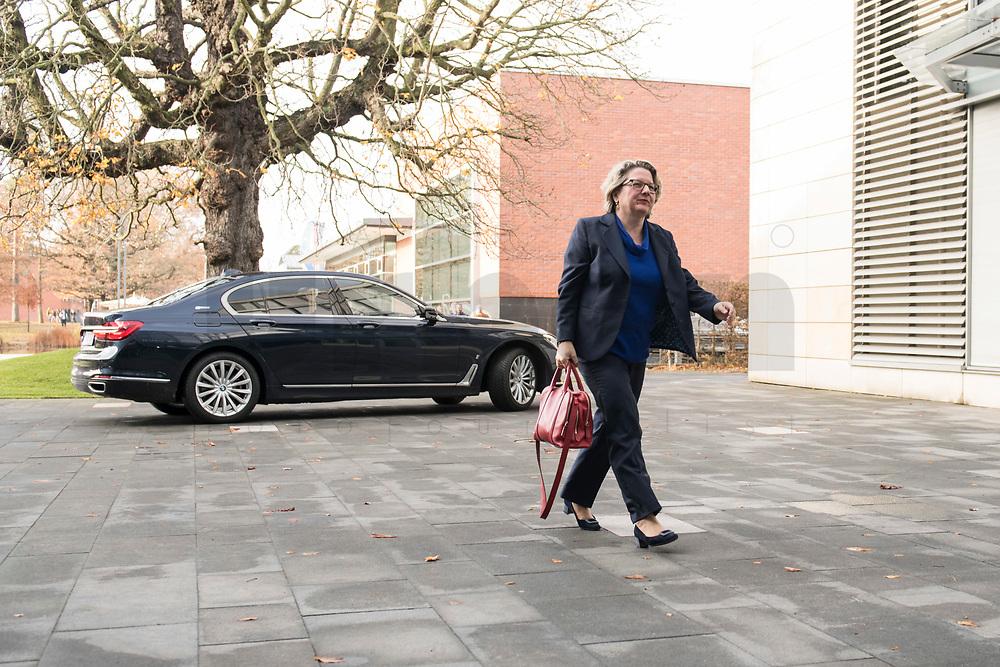 14 NOV 2018, POTSDAM/GERMANY:<br /> Svenja Schulze, SPD, Bundesministerin fuer Umwelt, Naturschutz und nukleare Sicherheit, auf dem Weg zur Klausurtagung des Bundeskabinetts, im Hintergrund Ihr Dienstwagen, Hasso Plattner Institut (HPI), Potsdam-Babelsberg<br /> IMAGE: 20181114-01-007<br /> KEYWORDS; Kabinett, Klausur, Tagung, Auto, KFZ, Wagen, Dienstlimousine, Limousine