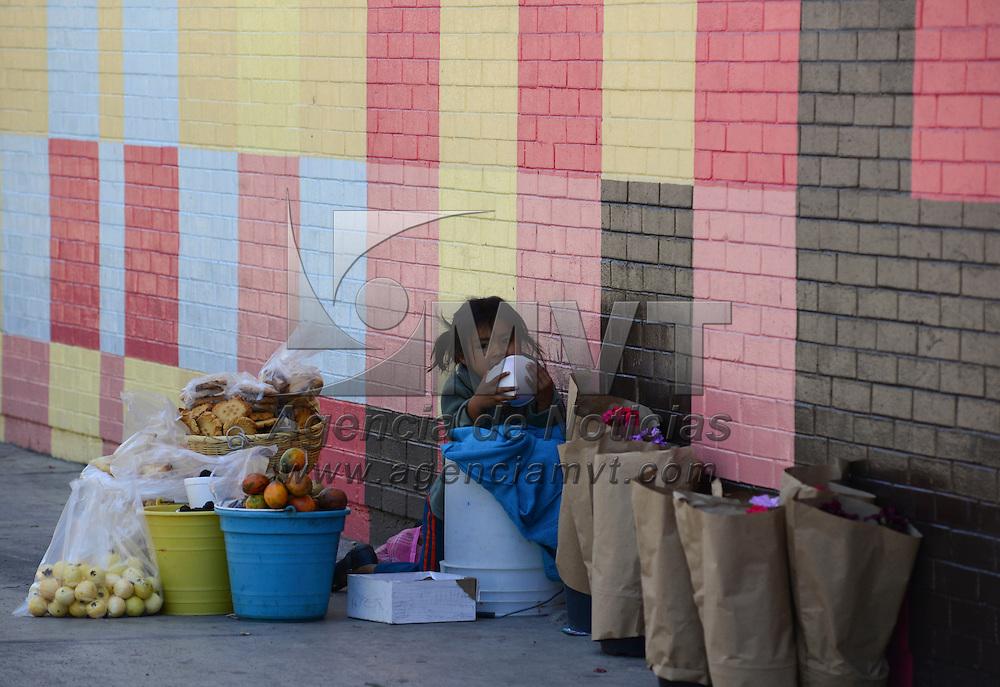 Toluca, México (Abril 27, 2016).- Una pequeña niña cuida la mercancía que ofrece su mamá en el Mercado Juárez durante su ausencia.  Agencia MVT / Crisanta  Espinosa