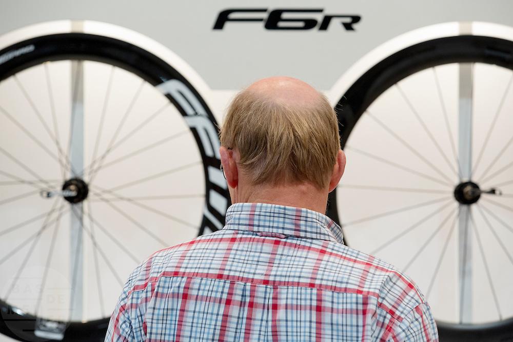 Een man kijkt naar een set wielen. In de Jaarbeurs in Utrecht vindt de beurs BikeMotion plaats. De beurs staat in het teken van de sportieve fiets. De elektrische fiets rukt ook bij de sportieve fietser steeds meer op. Tijdens Bike Motion zijn naast fietsen ook fietsonderdelen en accessoires te zien, zoals kleding. Ondanks de crisis loopt de verkoop van sportieve fietsen, zoals racefietsen en mountainbikes, nog steeds goed.<br /> <br /> In the Jaarbeurs in Utrecht Bike Motion exhibition takes place. The exhibition is dedicated to the sports bike. The electric bike pulls even with the sporting cyclist increasingly. During his Bikemotion addition to bicycles bicycle parts and accessories to see, such as clothing. Despite the crisis, sales of sports bikes, racing bikes and mountain bikes, are still good.
