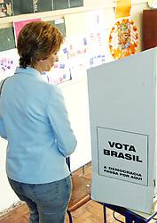 A candidata ao governo do Estado do RS, Yeda Crusius auxilia uma idosa após votar na zona 113, seção 89, em Porto Alegre, neste domingo 1 de outubro de 2006. FOTO: Jefferson Bernardes/Preview.com