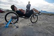 Sebastiaan Bowier praat met zijn trainer Jelle de Jong op de zesde en laatste racedag van de WHPSC. In Battle Mountain (Nevada) wordt ieder jaar de World Human Powered Speed Challenge gehouden. Tijdens deze wedstrijd wordt geprobeerd zo hard mogelijk te fietsen op pure menskracht. Ze halen snelheden tot 133 km/h. De deelnemers bestaan zowel uit teams van universiteiten als uit hobbyisten. Met de gestroomlijnde fietsen willen ze laten zien wat mogelijk is met menskracht. De speciale ligfietsen kunnen gezien worden als de Formule 1 van het fietsen. De kennis die wordt opgedaan wordt ook gebruikt om duurzaam vervoer verder te ontwikkelen.<br /> <br /> Sebastiaan Bowier talks with his trainer Jelle de Jong on the sixth and last racing day of the WHPSC. In Battle Mountain (Nevada) each year the World Human Powered Speed Challenge is held. During this race they try to ride on pure manpower as hard as possible. Speeds up to 133 km/h are reached. The participants consist of both teams from universities and from hobbyists. With the sleek bikes they want to show what is possible with human power. The special recumbent bicycles can be seen as the Formula 1 of the bicycle. The knowledge gained is also used to develop sustainable transport.