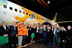 02-02-2012 VOLLEYBAL: TRANSAVIA SPONSOR BEACHVOLLEYBAL: SCHIPHOL OOST<br /> Het gesponsorde Transavia vliegtuig dat met de aankondiging van het EK Beachvolleybal dat eind mei in Scheveningen wordt gehouden, zal rondvliegen. <br /> ©2012-FotoHoogendoorn.nl