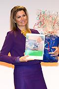 """Koningin Maxima is aanwezig bij  het symposium """"van Traditie naar Ambitie"""" van het Nederlands Agrarisch Jongeren Kontakt (NAJK) in het hoofdkantoor van de Rabobank, Utrecht. Dit symposium gaat over de rol van het gezinsbedrijf in de agrarische sector. <br /> <br /> Queen Maxima is present at the symposium """"from Tradition to Ambition"""" by Dutch Agricultural Youth (NAJK) at the headquarters of Rabobank, Utrecht. This symposium is about the role of the family business in the agricultural sector.<br /> <br /> Op de foto / On the photo:  Voorzitter Eric Pelleboer overhandigt koningin maxima het onderzoeksrapport en drie overals voor de prinsesjes<br /> <br /> President Eric Pelleboer hands Queen the researchreport and three overalls for little princesses"""