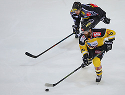 02.02.2016, Albert Schultz Eishalle, Wien, AUT, EBEL, UPC Vienna Capitals vs Dornbirner Eishockey Club, Platzierungsrunde, im Bild Christopher Dalvise (Dornbirner EC) und Troy Milam (UPC Vienna Capitals) // during the Erste Bank Icehockey League placement round match between UPC Vienna Capitals and Dornbirner Eishockey Club at the Albert Schultz Ice Arena, Vienna, Austria on 2016/02/02. EXPA Pictures © 2016, PhotoCredit: EXPA/ Thomas Haumer