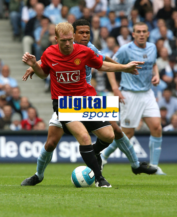 Photo: Paul Greenwood.<br />Manchester City v Manchester United. The FA Barclays Premiership. 19/08/2007.<br />Manchester United's Paul Scholes, beats Geovanni to the ball